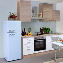 einfache Küche mit Kühlschrank