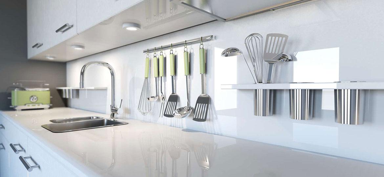 Moderne Einbauküche mit Marmorarbeitsplatte