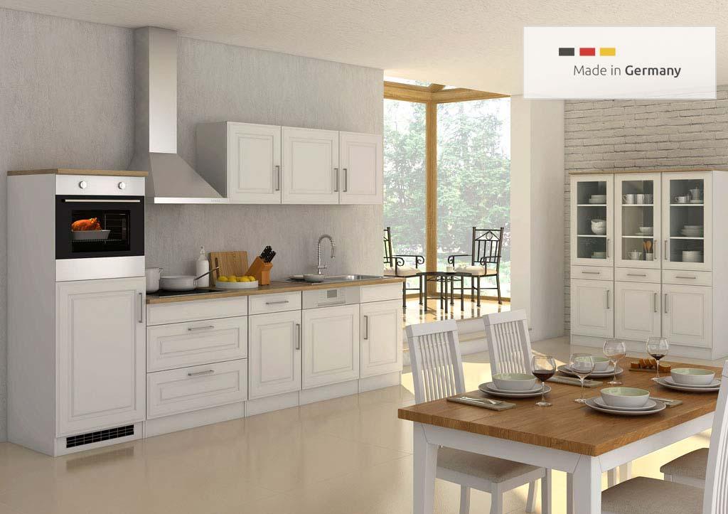 Landhausküche mit Einbaukühlschrank 300 cm Breite in weiß