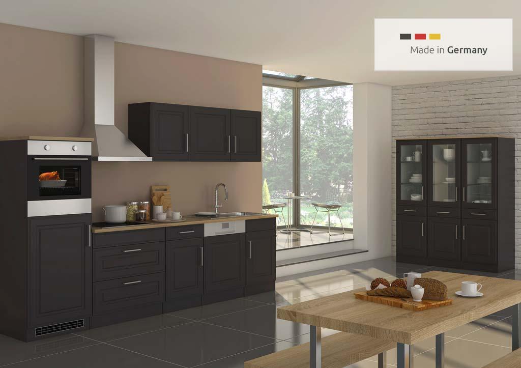 Schicke Landhausküche mit einer Breite von 300 cm mit Einbaukühlschrank und Dunstabzugshaube
